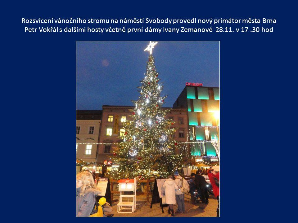 Večerní vánoční výzdoba náměstí Svobody
