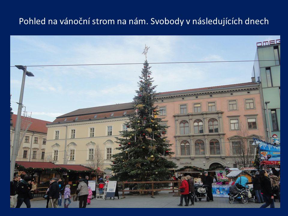 Pohled na vánoční strom na nám. Svobody v následujících dnech
