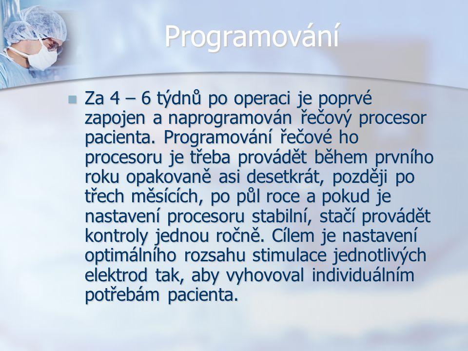 Programování Za 4 – 6 týdnů po operaci je poprvé zapojen a naprogramován řečový procesor pacienta. Programování řečové ho procesoru je třeba provádět