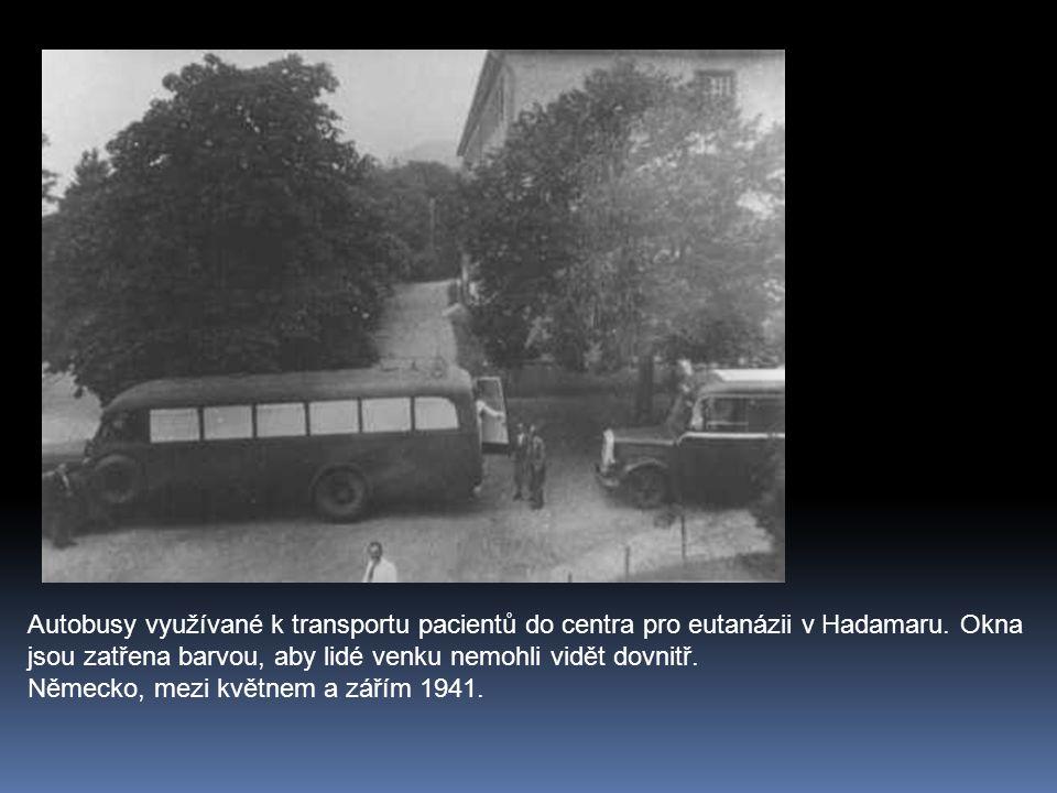 Autobusy využívané k transportu pacientů do centra pro eutanázii v Hadamaru. Okna jsou zatřena barvou, aby lidé venku nemohli vidět dovnitř. Německo,