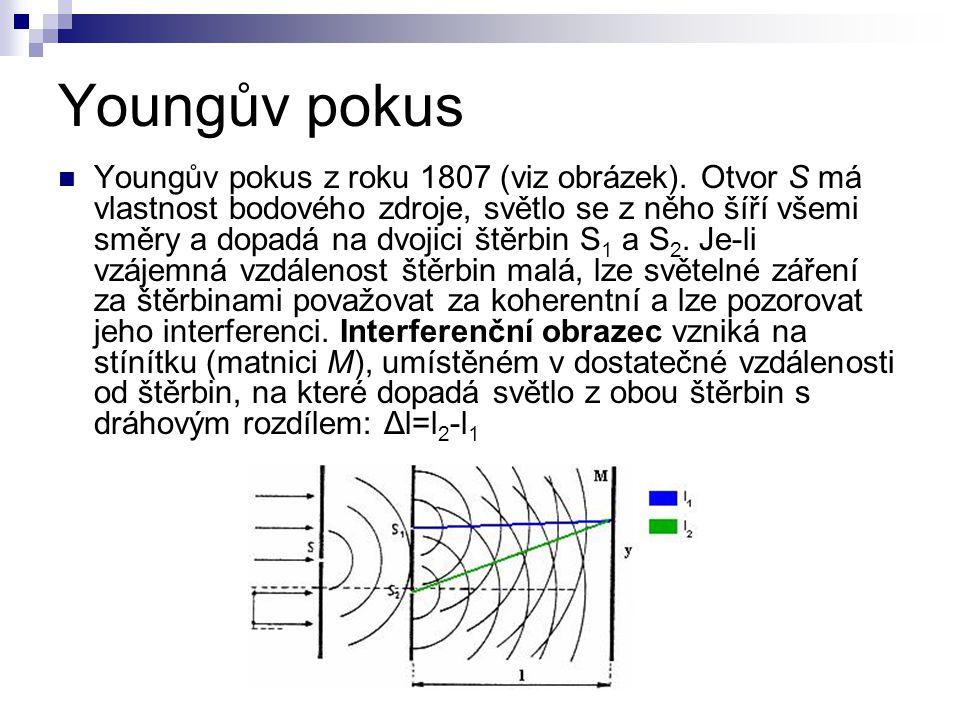 Youngův pokus Youngův pokus z roku 1807 (viz obrázek). Otvor S má vlastnost bodového zdroje, světlo se z něho šíří všemi směry a dopadá na dvojici ště