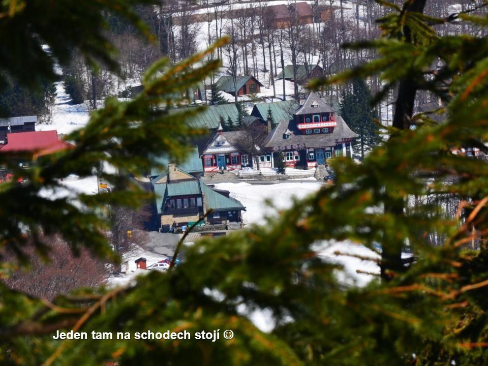 Niki raději vyhlíží, zda se neobjeví nějaký turista