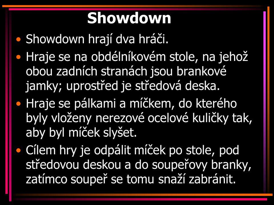 Showdown Showdown hrají dva hráči. Hraje se na obdélníkovém stole, na jehož obou zadních stranách jsou brankové jamky; uprostřed je středová deska. Hr