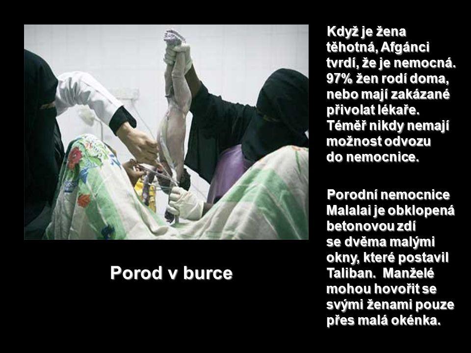 Přesuňme se k porodu. Nesmí rodit v nemocnicích.