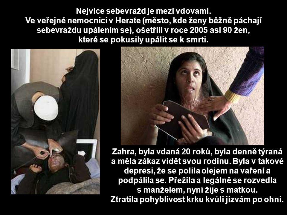Ženy nesmí dědit po manželech, tisíce vdov lemují ulice, žebrají anebo dělají prostitutky, aby uživily děti a obyčejně končí sebevraždou.