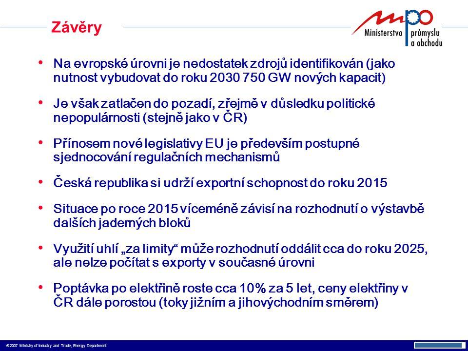 """ 2007 Ministry of Industry and Trade, Energy Department Na evropské úrovni je nedostatek zdrojů identifikován (jako nutnost vybudovat do roku 2030 750 GW nových kapacit) Je však zatlačen do pozadí, zřejmě v důsledku politické nepopulárnosti (stejně jako v ČR) Přínosem nové legislativy EU je především postupné sjednocování regulačních mechanismů Česká republika si udrží exportní schopnost do roku 2015 Situace po roce 2015 víceméně závisí na rozhodnutí o výstavbě dalších jaderných bloků Využití uhlí """"za limity může rozhodnutí oddálit cca do roku 2025, ale nelze počítat s exporty v současné úrovni Poptávka po elektřině roste cca 10% za 5 let, ceny elektřiny v ČR dále porostou (toky jižním a jihovýchodním směrem) Závěry"""