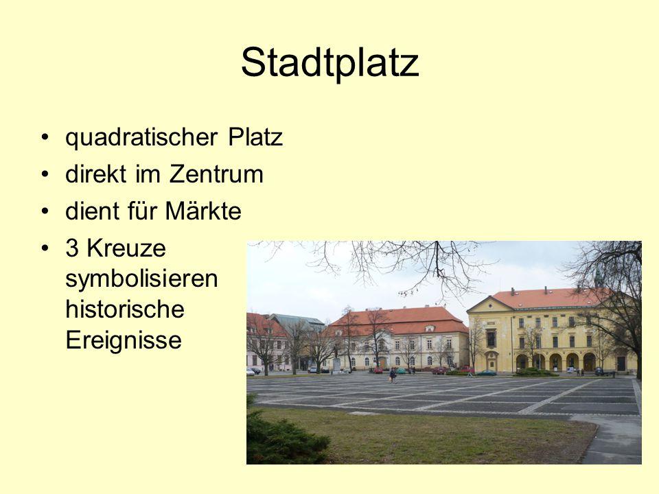 Stadtplatz quadratischer Platz direkt im Zentrum dient für Märkte 3 Kreuze symbolisieren historische Ereignisse