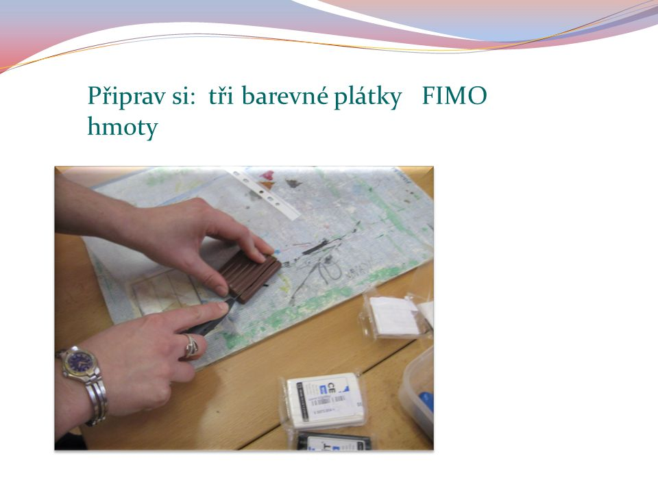 Připrav si: tři barevné plátky FIMO hmoty