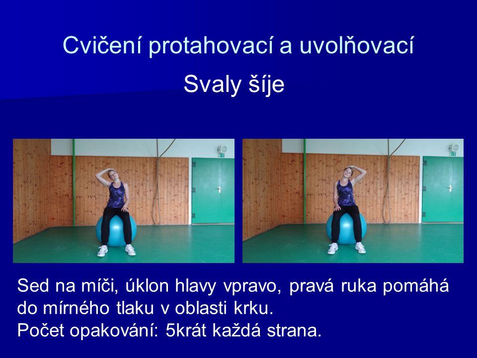 Cvičení protahovací a uvolňovací Sed na míči, úklon hlavy vpravo, pravá ruka pomáhá do mírného tlaku v oblasti krku. Počet opakování: 5krát každá stra