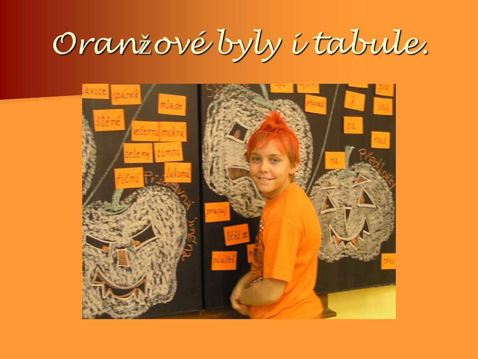 Oran ž ové byly i tabule.