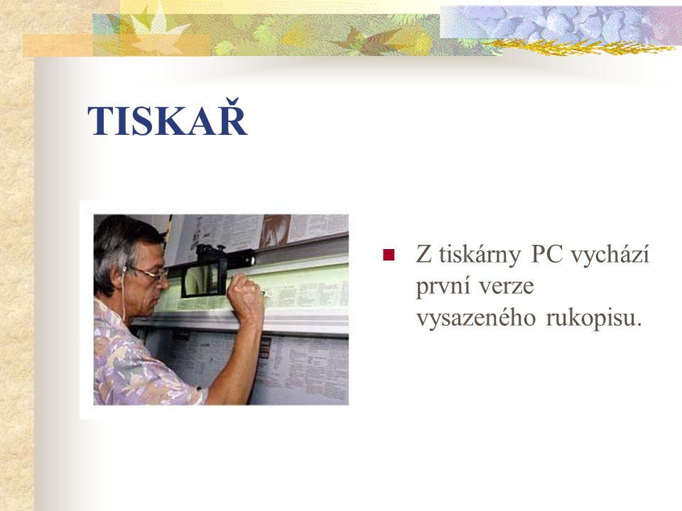 TISKAŘ Z tiskárny PC vychází první verze vysazeného rukopisu.