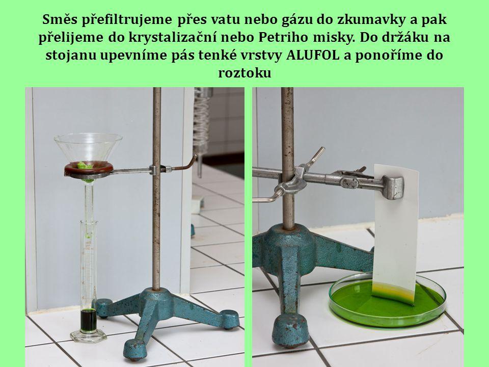 Směs přefiltrujeme přes vatu nebo gázu do zkumavky a pak přelijeme do krystalizační nebo Petriho misky.