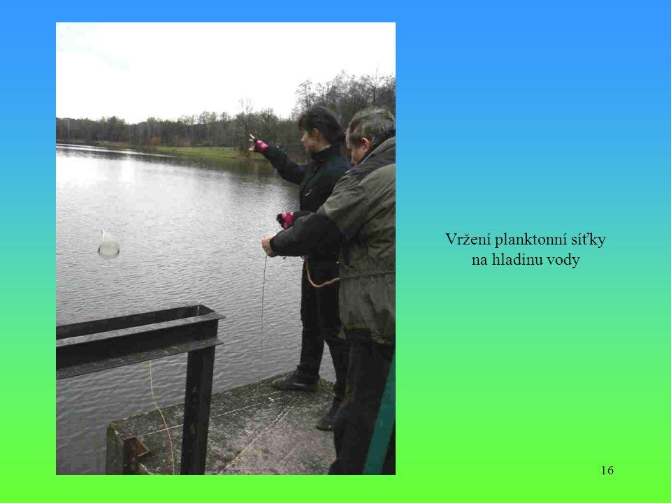 16 Vržení planktonní síťky na hladinu vody