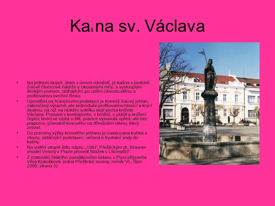 Ka š na sv. Václava Na jednom stupni, dnes v úrovni náměstí, je kašna v podobě žulové čtvercové nádrže s okosenými rohy, s vystouplým širokým pruhem,
