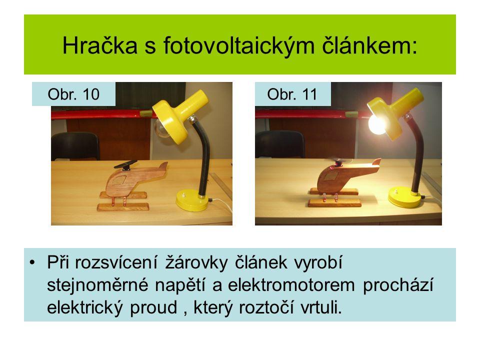 Hračka s fotovoltaickým článkem: Při rozsvícení žárovky článek vyrobí stejnoměrné napětí a elektromotorem prochází elektrický proud, který roztočí vrtuli.