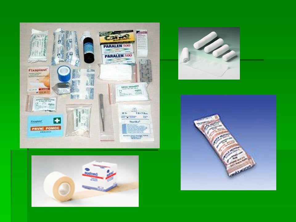  nůžky a zavírací špendlík  3 kusy obvazů  náplast  rychloobvaz  náplast s polštářkem  trojcípý šátek  gáza hydrofilní skládaná  pryžové škrtidlo  borová voda 2% 100 ml pro výplach očí a oční kapky  injekční stříkačka sterilní 10 - 20 ml k výplachům  dezinfekční roztok  obinadlo elastické  resuscitační rouška  léky
