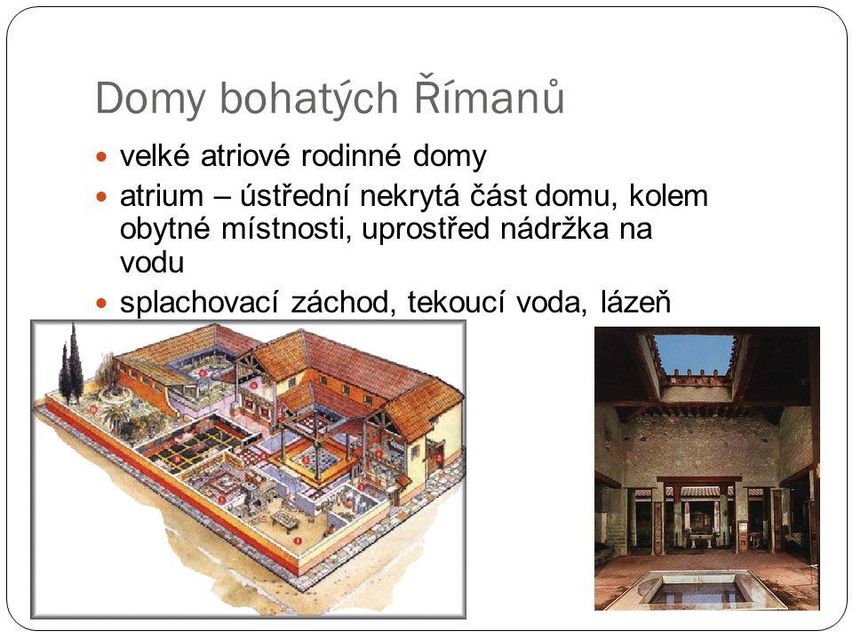Domy bohatých Římanů velké atriové rodinné domy atrium – ústřední nekrytá část domu, kolem obytné místnosti, uprostřed nádržka na vodu splachovací záchod, tekoucí voda, lázeň