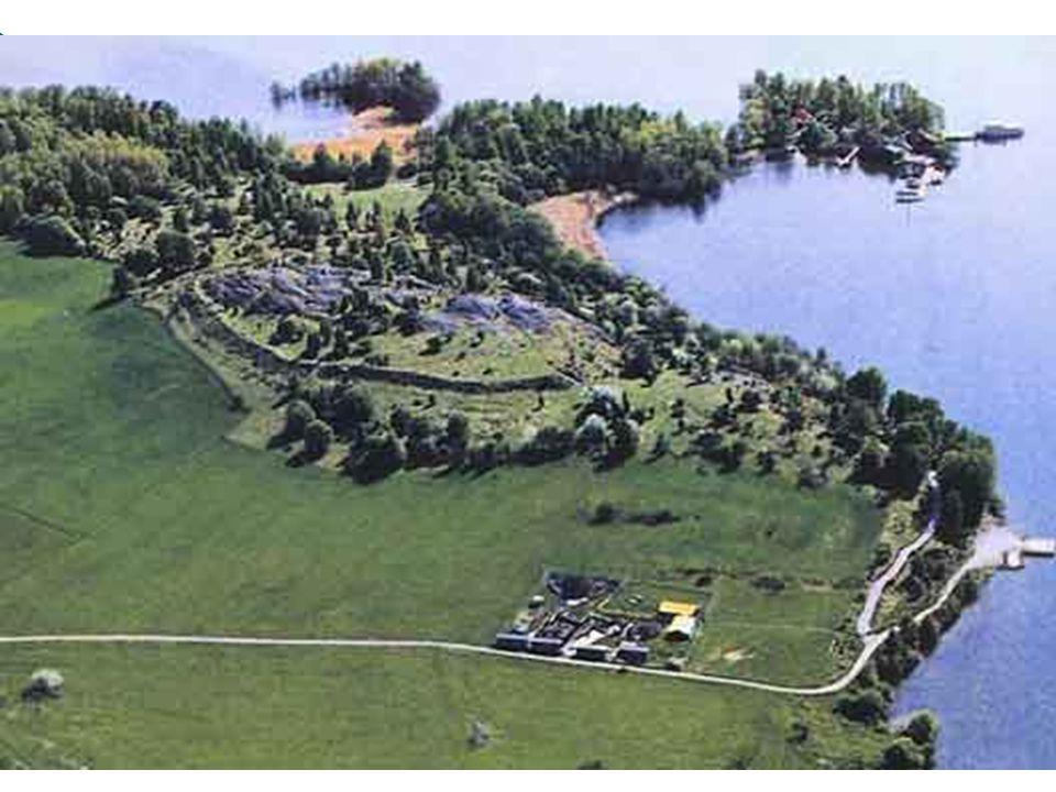 Vikingská sídliště Birka a Hovgarden  na ostrovech Björko a Adelsö v jezeře Mälaren  archeologický komplex, který dokazuje propracovanou obchodní sí