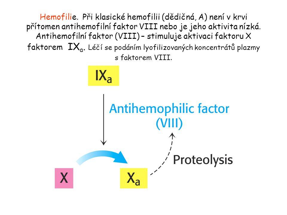 Hemofilie. Při klasické hemofilii (dědičná, A) není v krvi přítomen antihemofilní faktor VIII nebo je jeho aktivita nízká. Antihemofilní faktor (VIII)