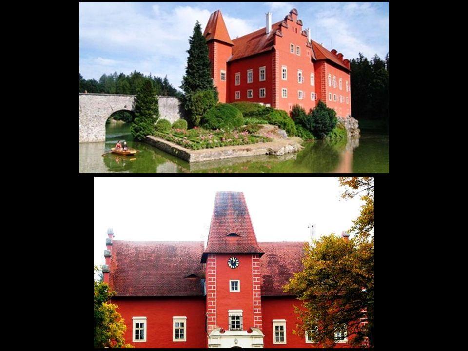 Přímo na ostrůvku u zámku byl zřízen maličký formální parter s broderií a růžovým záhonem, jsou sem umisťovány i exotické rostliny v přenosných nádobách.