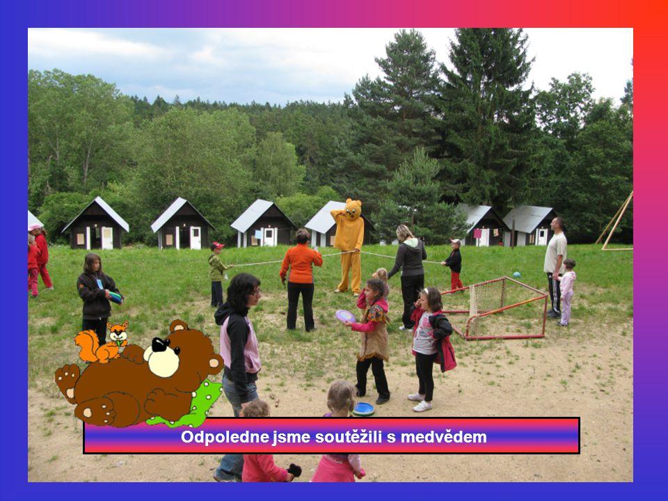 Odpoledne jsme soutěžili s medvědem