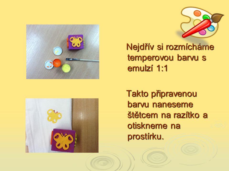 Můžeme použít již hotová razítka, různé rozříznuté ovoce na půlku (jablko,…) nebo si vyrobit razítko z brambory.