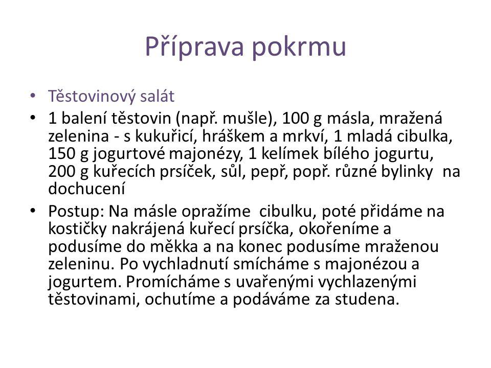 Příprava pokrmu Těstovinový salát 1 balení těstovin (např. mušle), 100 g másla, mražená zelenina - s kukuřicí, hráškem a mrkví, 1 mladá cibulka, 150 g