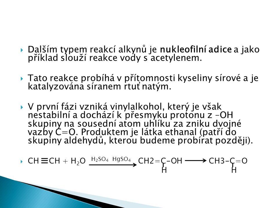  Dalším typem reakcí alkynů je nukleofilní adice a jako příklad slouží reakce vody s acetylenem.  Tato reakce probíhá v přítomnosti kyseliny sírové