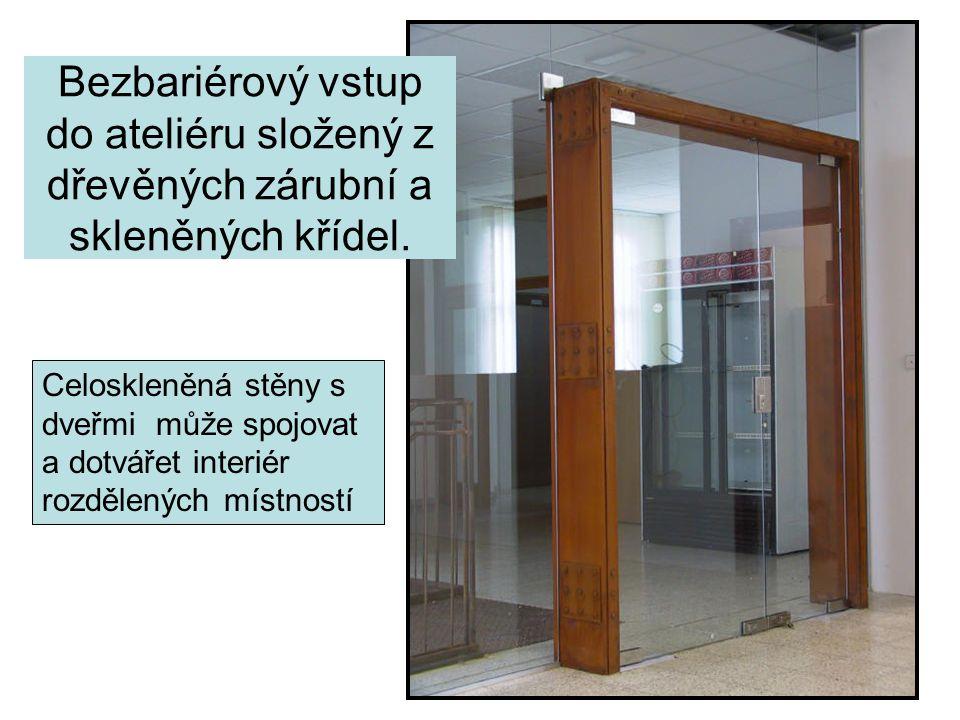 Bezbariérový vstup do ateliéru složený z dřevěných zárubní a skleněných křídel. Celoskleněná stěny s dveřmi může spojovat a dotvářet interiér rozdělen
