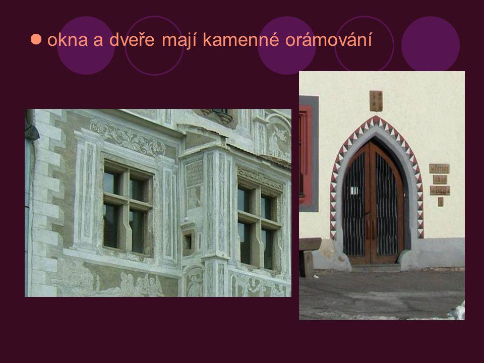 okna a dveře mají kamenné orámování
