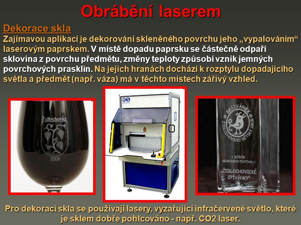 """Obrábění laserem Dekorace skla Zajímavou aplikací je dekorování skleněného povrchu jeho """"vypalováním"""" laserovým paprskem. V místě dopadu paprsku se čá"""