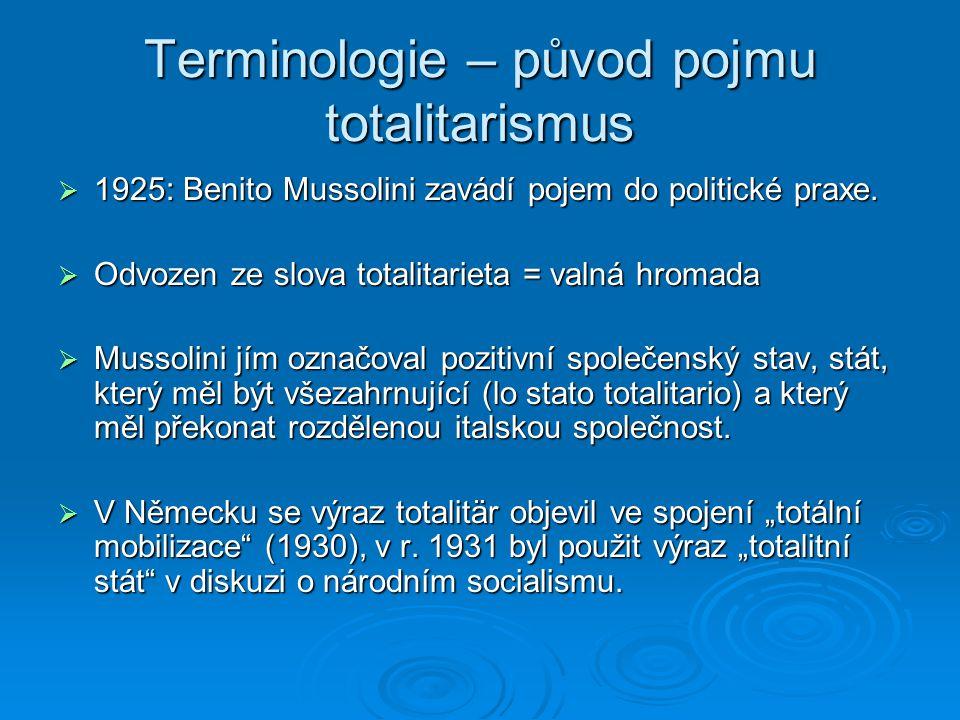 Terminologie – původ pojmu totalitarismus  1925: Benito Mussolini zavádí pojem do politické praxe.