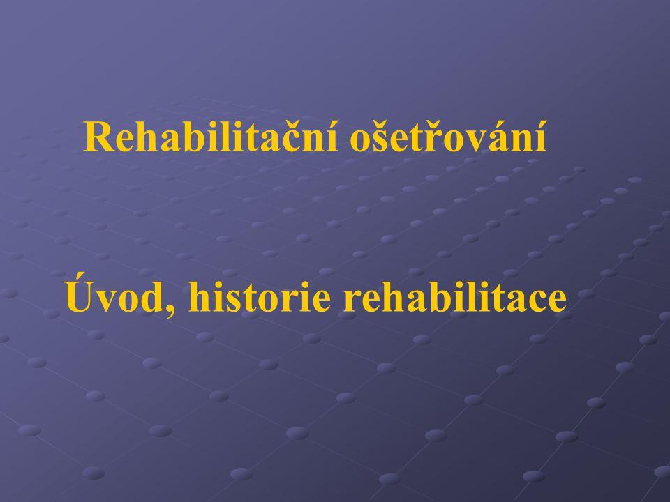 Rehabilitace habilitatis = ohebnost, obratnost, zdatnost, schopnost re = zpět, opětovné dosažení nějakého stavu Rehabilitace - léčebná = kinezioterapie, fyzikální terapie a balneologie, ergoterapie sociální využití pacientovy funkční kapacity k nezávislosti pracovní pedagogicko- výchovná = přeškolení Rehabilitace je kombinované a koordinované využití lékařských, sociálních, výchovných a pracovních prostředků pro nácvik nebo znovuzískání co možná nejvyššího stupně funkční zdatnosti (WHO) Rehabilitace studuje člověka za zvlášť změněných podmínek jeho zdravotního stavu se zřetelem na jeho kompenzace funkcí a možnosti jeho resocializace.