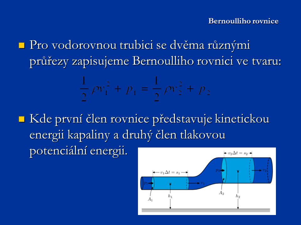 V zúžené části potrubí má kapalina větší rychlost a větší kinetickou energii, ale menší tlak.
