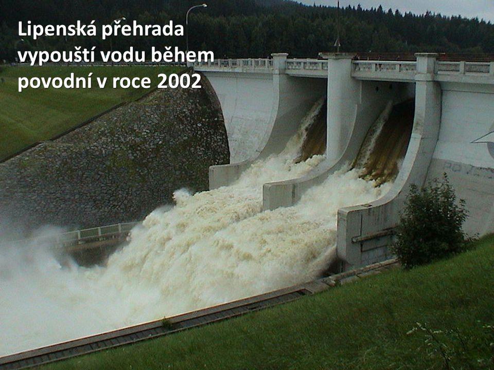 Lipenská přehrada vypouští vodu během povodní v roce 2002
