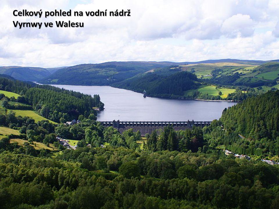 Celkový pohled na vodní nádrž Vyrnwy ve Walesu
