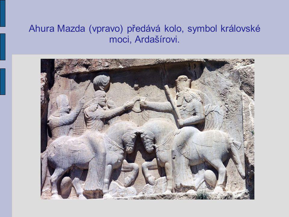 Ahura Mazda (vpravo) předává kolo, symbol královské moci, Ardašírovi.