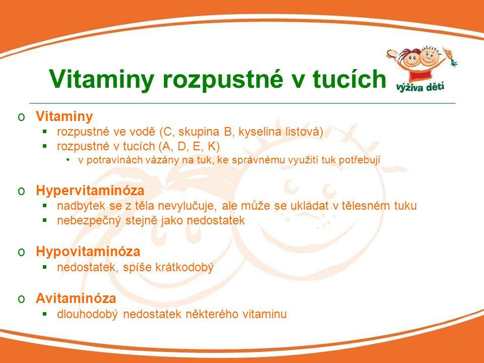 Vitaminy rozpustné v tucích oVitaminy  rozpustné ve vodě (C, skupina B, kyselina listová)  rozpustné v tucích (A, D, E, K) v potravinách vázány na t