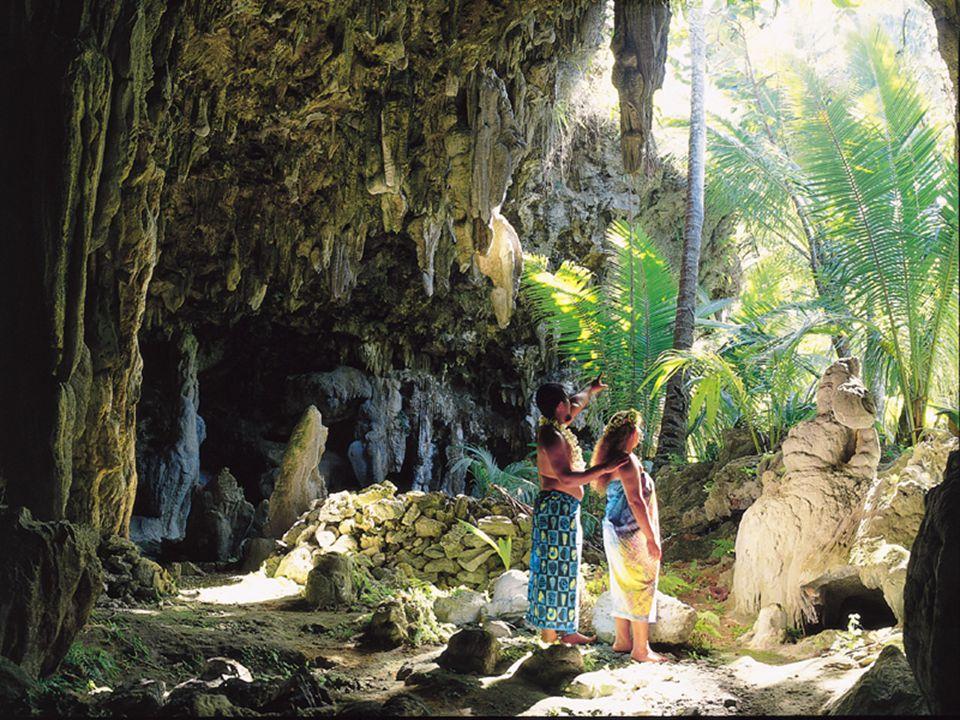 Původní obyvatelé sem přišli asi 2500 let př. n.l. z Indonésie. Zdrojem obživy je hlavně sběr tropických plodů (kokosové ořechy…) a rybolov. Gramotnos
