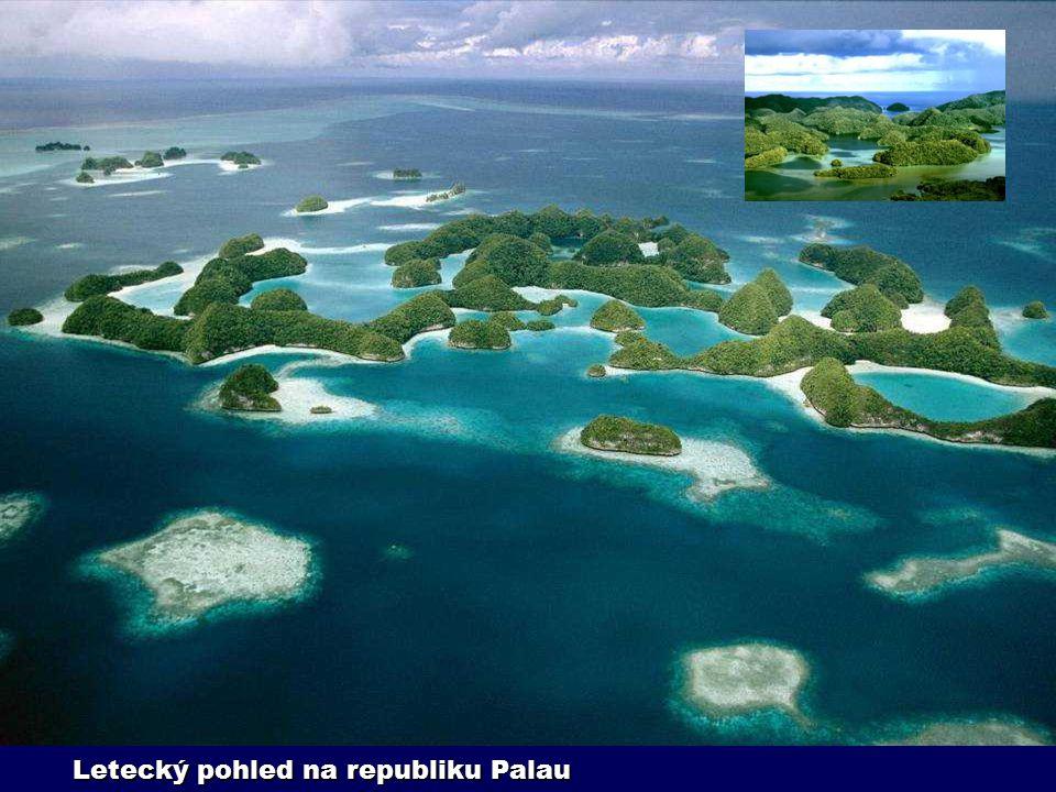 Daleko v Tichém oceáně, v nejzápadnějším cípu souostroví Karolíny, leží Palauská republika. Skládá se ze tří set ostrůvků, ze kterých je dvaceti tisíc