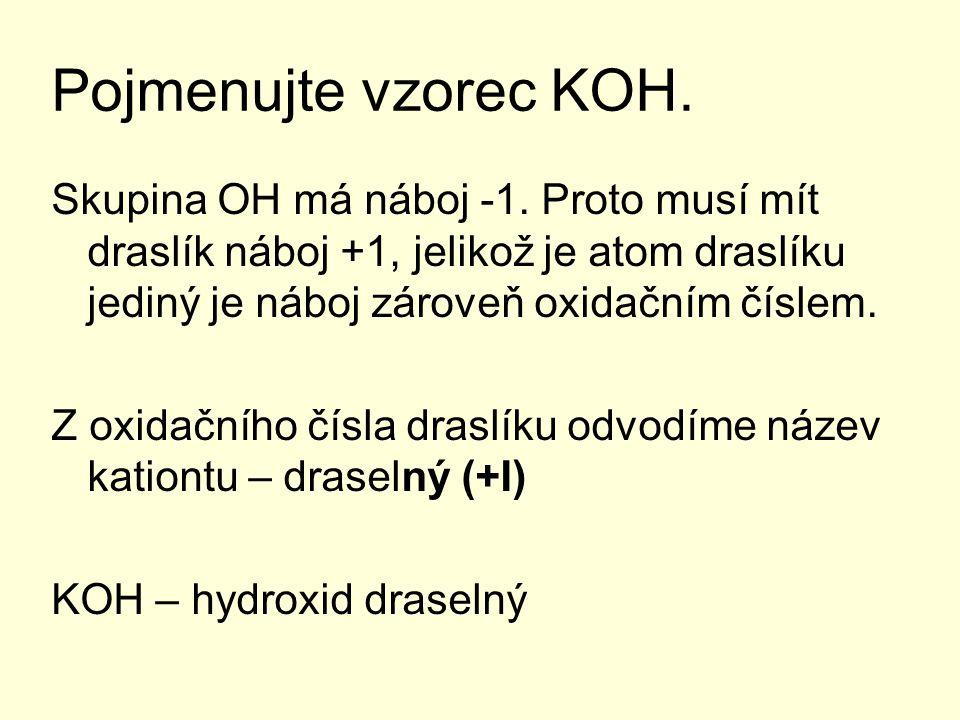 Pojmenujte vzorec KOH. Skupina OH má náboj -1. Proto musí mít draslík náboj +1, jelikož je atom draslíku jediný je náboj zároveň oxidačním číslem. Z o