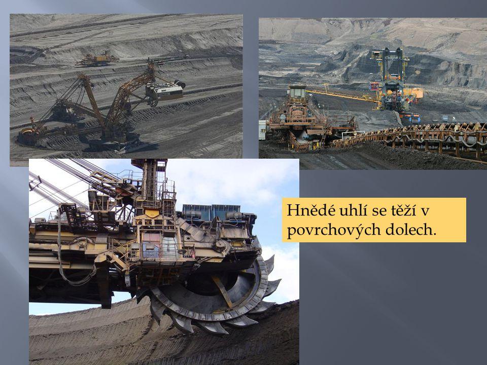 Hnědé uhlí se těží v povrchových dolech.