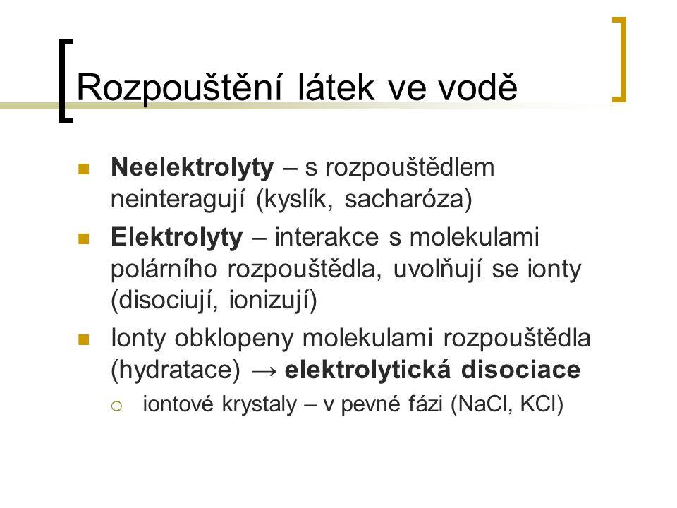 Rozpouštění látek ve vodě Neelektrolyty – s rozpouštědlem neinteragují (kyslík, sacharóza) Elektrolyty – interakce s molekulami polárního rozpouštědla