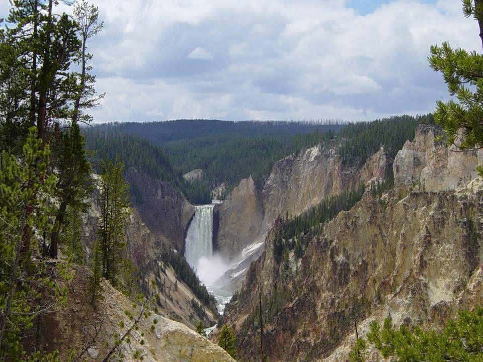 Řeka Yellowstone pramení uvnitř parku.Je dlouhá přes 1.000 km.
