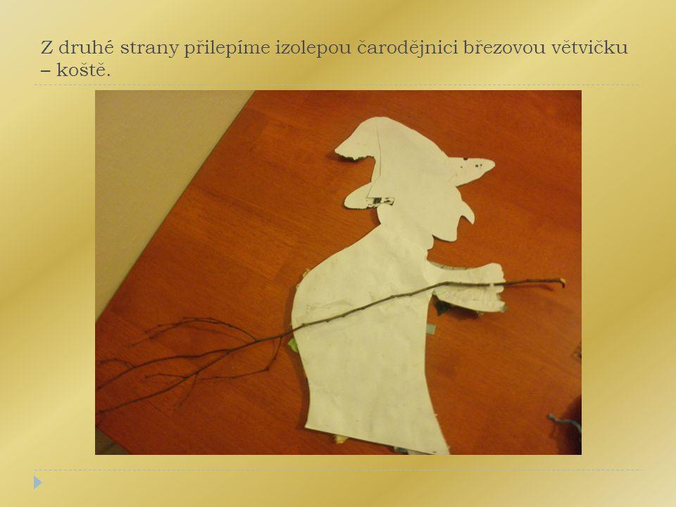 Z druhé strany přilepíme izolepou čarodějnici březovou větvičku – koště.