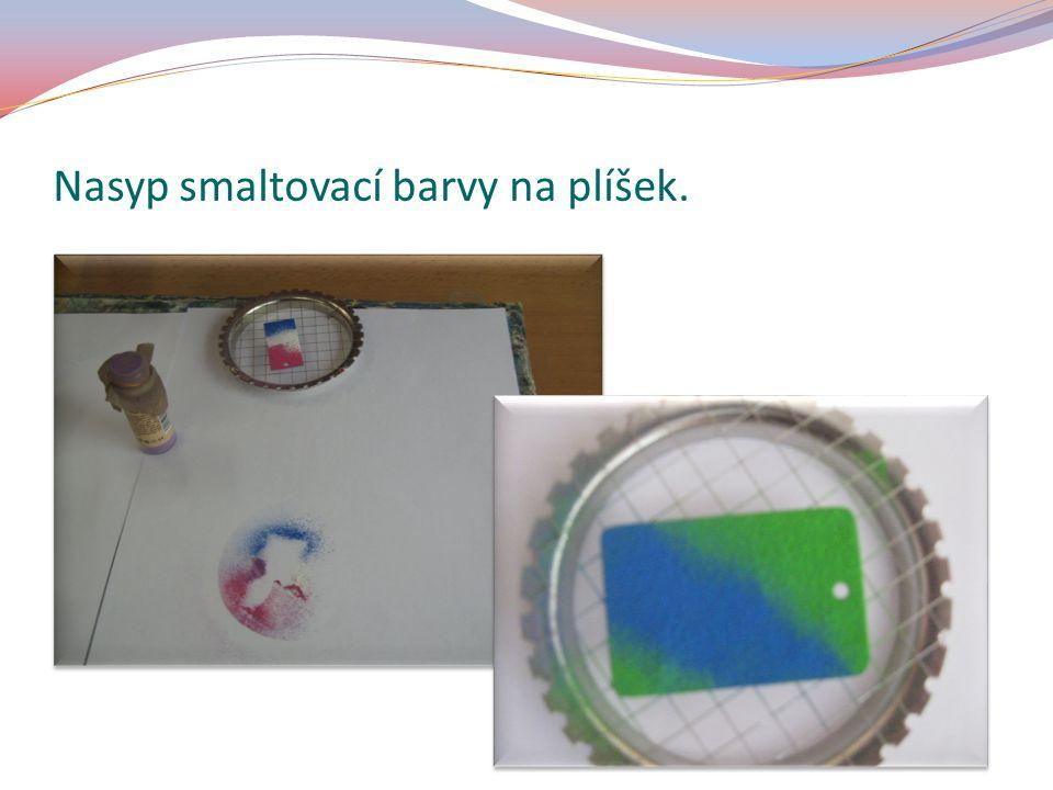 Nasyp smaltovací barvy na plíšek.