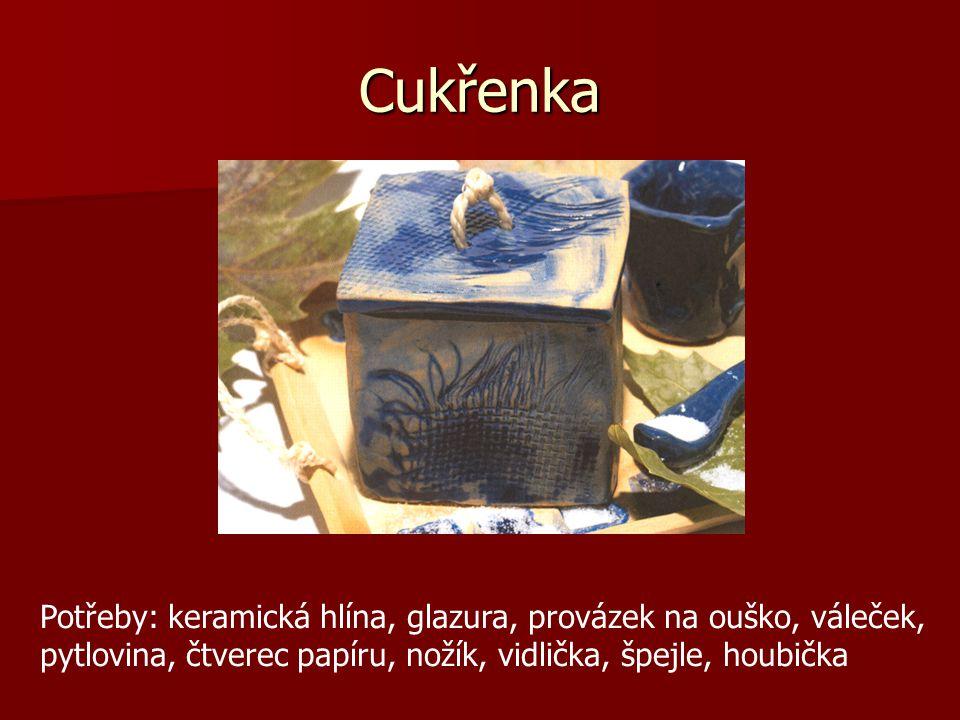 Cukřenka Potřeby: keramická hlína, glazura, provázek na ouško, váleček, pytlovina, čtverec papíru, nožík, vidlička, špejle, houbička