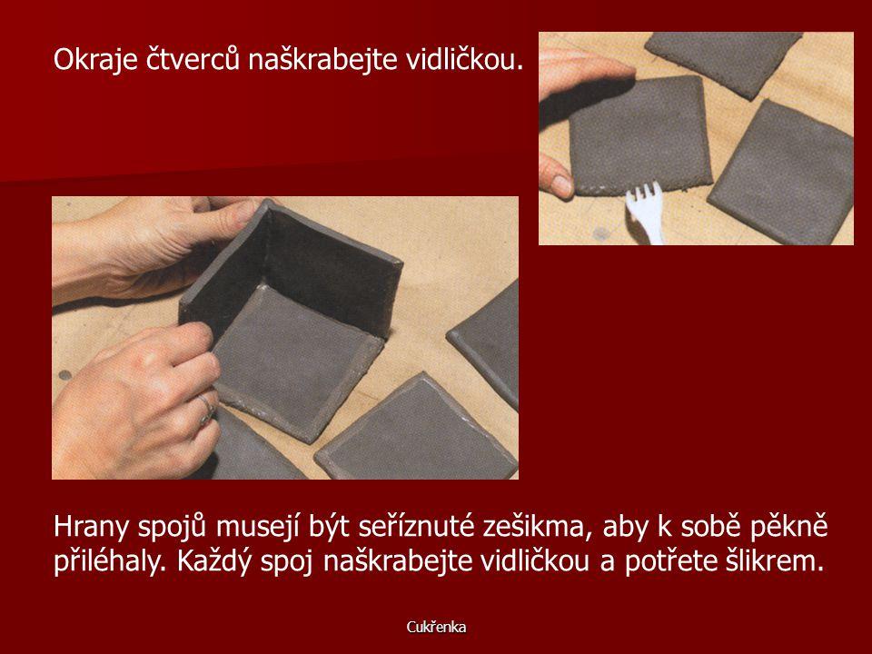 Cukřenka Plát hlíny vyválejte na tloušťku půl centimetru. Vzorek na čtverci hlíny vytvořte obtištěním hrubé pytloviny. Podle papírové šablony vyříznět