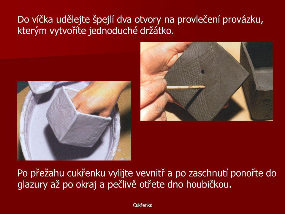 Cukřenka Vnitřní hrany také potřete šlikrem a vtlačte do nich pomocí špejle tenkou nudličku hlíny. Na víčko vytvořte tzv. zámeček, aby na cukřence pěk
