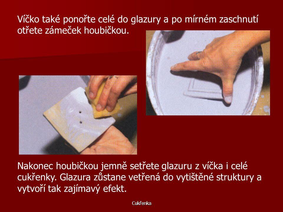 Cukřenka Víčko také ponořte celé do glazury a po mírném zaschnutí otřete zámeček houbičkou.
